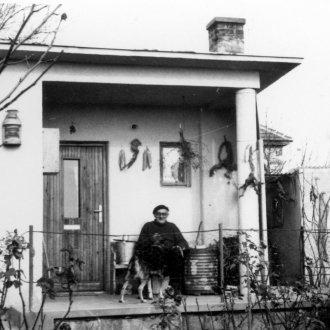 A cserszegi kisház teraszán