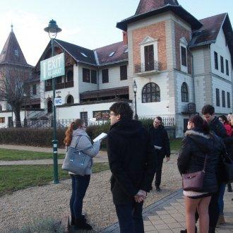 Diákok által vezetett séta egyik állomása, a Hullám Szálló