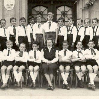 Általános iskolai osztálykép - Keszthely Csány László Általános Iskola mai B épülete előtt