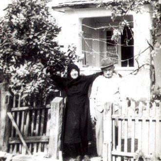 Az anyai nagyszülők Kis-Keszthelyen a Goldmark utcai ház udvarán