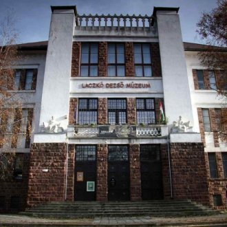 A veszprémi múzeum épülete 1920-ból való.