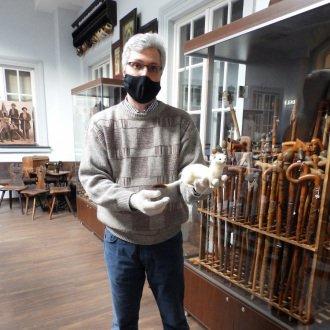 Németh Péter múzeumigazgató mutatja a Balatoni Múzeumban őrzött hermelin preparátumot.