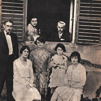 Családi kép, az ablakban Krúdy és felesége, Zsuzsa