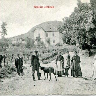 Megismerkedésük színhelye, a badacsonyi Nepun  szálloda) / szanatórium egy 1910-es évekbeli képeslapon (Balatoni Múzeum, Képeslap gyűjtemény)