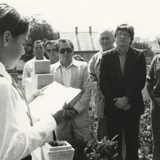 Cserszegtomajon Szabó István sírjánál, 1982. szeptember. Nagy Gáspár és Fodor András (Balatoni Múzeum, Fotótár)
