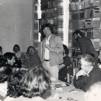 """""""Ebben a könyvtárszobában gépeli be e sorok írója éppen a blog szövegét"""" - 1984 június 2-án készült felvételek a Balatoni Múzeumban. Nagy Gáspár és írótársai - Kukorelly Endre, Papp Árpád, Péntek Imre (Balatoni Múzeum, Fotótár)"""