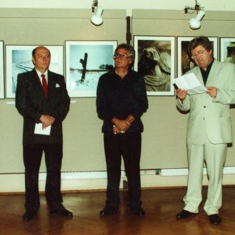 Olasz Ferenc fotókiállításának megnyitója. Nagy Gáspár beszéde (Balról jobbra: Cséby Géza, Olasz Ferenc és Nagy Gáspár) (Balatoni Múzeum, Fotótár)