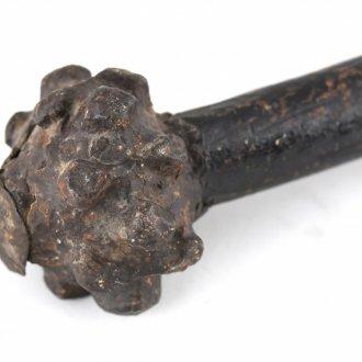 Vasból készült csillagfejes buzogány fa nyélen. A vas fej talán korábbi, melyre később újabb nyél került.