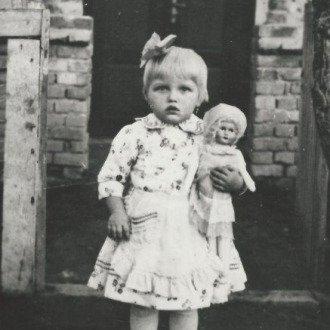 Sármelléki kislány viseletben - 1943