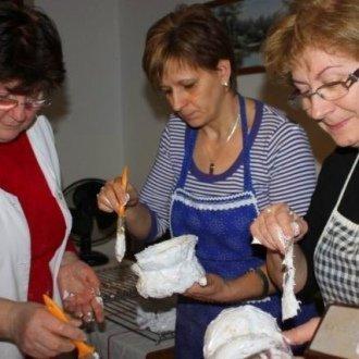 Csiszár Tiborné mézeskalács-készítő és perecsütő mindet tud a cukorperec készítésének fortélyairól