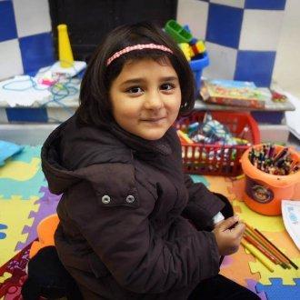 Sedra, 5 éves afganisztáni kislány  egy görög menekülttáborban vett részt művészetterápián