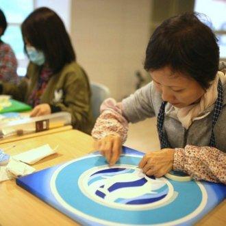 Kínai rákbetegek  terápiás foglalkozáson  mandalát készítenek