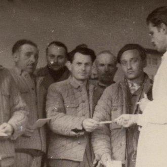 Gaál Károly jutalmat oszt a Balatoni Múzeum dolgozóinak