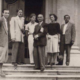 Gaál Károly vendégei között a Balatoni Múzeum bejáratánál