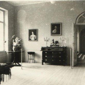 Kiállítás enteriőr a ma Halápy Emlékszobaként funkcionáló teremben (Csalog József, 1951)