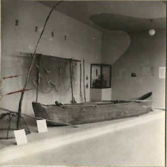 Részlet - A balatoni halászat emlékei c. kiállításból (Csalog József, a Balatoni Múzeum igazgatója fotója 1951-ből)