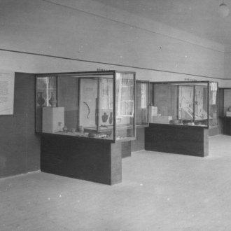 Részlet a régészeti kiállításból (A fotót 1949-ben készítette Dr. Némethy Endre, a Balatoni Múzeum akkori néprajzkutatója)