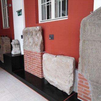 A sírsztélé a múzeumban