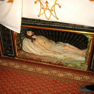Az alsóörsi katolikus templom halott Krisztust szobra csak nagycsütörtöktől nagyszombatig nincs eltakarva. (Foto: Gyanó Szilvia)