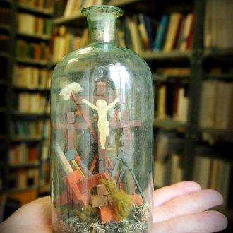 Türelemüveg, üvegbe zárt kálvária a kínzatás eszközeivel - Balatoni Múzeum, Néprajzi gyűjtemény (Foto: Major Katalin)