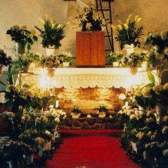 A feldíszített és kivilágított szent sír