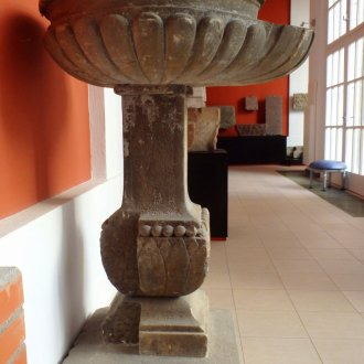 """A keresztelőmedence a Balatoni Múzeum """"Amiről a kövek mesélnek...."""" c. kiállításában"""