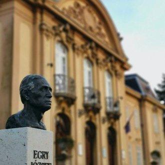 Balatoni Múzeum épülete - Egry József szobra