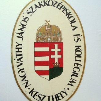 Az iskola és kollégium bejárati táblája