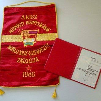 2. kép - Vörös selyemzászló és a kísérő oklevél 1986-ból