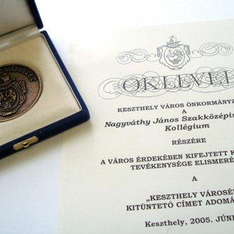 9. kép - Az iskola a kollégiummal együtt a fennállás 60. évében, 2005-ben nyerte el a Keszthely Városért kitüntetést
