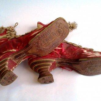 Női cipő nemzeti szimbólumokkal
