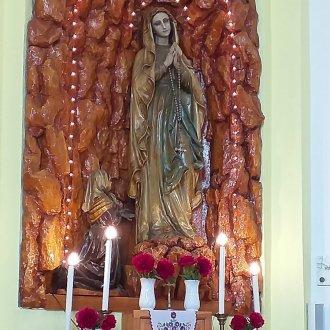 Pünkösdi rózsával díszített Mária-oltár. Táska, r.k. templom 2020. (Fotó: Gyanó Szilvia)