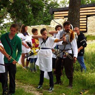 Íjászkodás a középkori tematikájú foglalkozás keretében