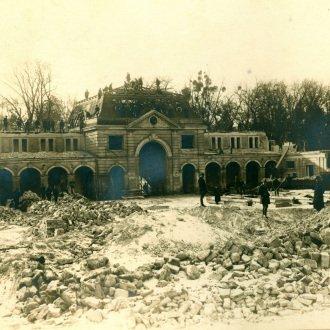 A lebontás alatt álló, egykori hercegi versenyistálló (Balatoni Múzeum, Fotótár)