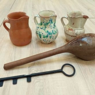 Az újbor megkóstolásához: boroskancsók, hébér (lopó) és a pincekulcs (Balatoni Múzeum, Néprajzi gyűjtemény)