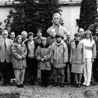 Tanárok csoportja Nagyváthy szobra előtt